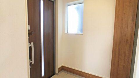 玄関の窓で採光はもちろん、こもりがちな空気を換気できてスッキリ爽やかな空間に!