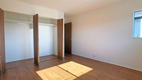 【2階居室】 上品で気品のある木目調のフローリングが、部屋全体をおしゃれな空間にしてくれます。全居室収納付き!採光と通風に配慮され気持ちの良いお部屋です。