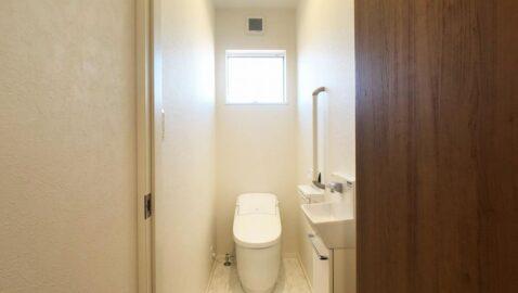 コンパクト&ローシルエットデザインのトイレ。タンクレスでコンパクト、フチレス形状の便器でお手入れ楽々♪汚れをしっかり洗い流すパワーストリーム洗浄でキレイ長持ち!超節水タイプで家計にも嬉しい♪