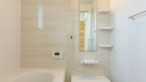 4時間で温度低下2.5℃以内の高断熱浴槽を使用したエコバスルーム♪フタと浴槽のダブル保温効果でお湯の冷めにくい構造です。足をのばして入浴できる広々浴槽は、ステップ付きで安心。1坪タイプ/衣類乾燥暖房機付き ※同仕様