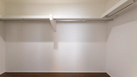 【ウォークインクローゼット(2帖)イメージ】 普段使わない衣類やお布団も、しっかり収納できて便利♪寝室にはさらにもう一つ収納付きで、きれいなお部屋を保てます! ※実際の間取り・仕様は異なります。