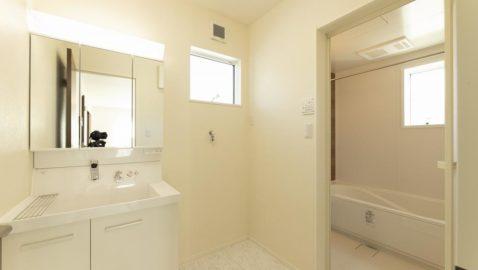 【洗面所】 収納力たっぷりで清潔感のある洗面台。 脱衣室が広々としているので、お子様と一緒にお着替えも楽々♪玄関から直接入れるので、手洗いしてからお部屋に入れて安心! ※実際の間取り・仕様と異なります