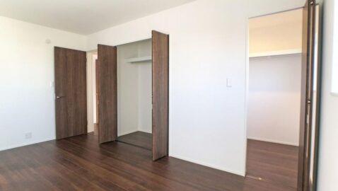 【寝室(7.5帖)】 重厚感あり上品な木目調のフローリングが、部屋全体をおしゃれに演出♪ 寝室にはウォークインクローゼットとクローゼットの収納2つ付き!