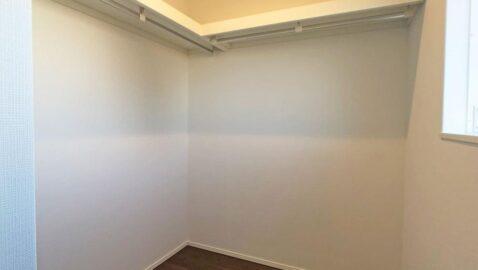 【ウォークインクローゼット】 普段使わない衣類やお布団も、しっかり収納できて便利♪寝室にはさらにもう一つ収納付きで、きれいなお部屋を保てます!
