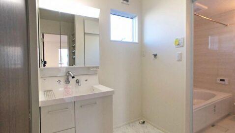 収納力たっぷりで清潔感のある洗面台。 脱衣室が広々としているので、お子様と一緒にお着替えも楽々♪玄関から直接入れるので、手洗いしてからお部屋に入れて安心!