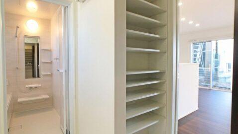 洗面所には便利な収納付き!洗剤のストックやタオルなど洗面まわりのものを収納できてスッキリ♪