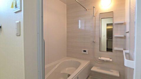 淡い色合いの、木目柄が美しい浴室。柔らかな光に包まれ、毎日のお風呂タイムが癒しの時間となります。 足を伸ばしてゆっくり浸かれる浴槽はお湯が冷めにくい仕様。追い炊き回数を減らせて光熱費の節約にも♪