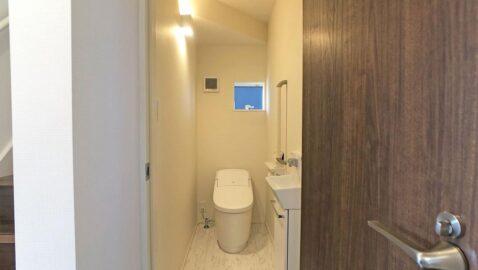 コンパクト&ローシルエットデザイントイレです! タンクレスでコンパクト、フチレス形状の便器でお手入れ楽々♪汚れをしっかり洗い流すパワーストリーム洗浄でキレイ長持ち!