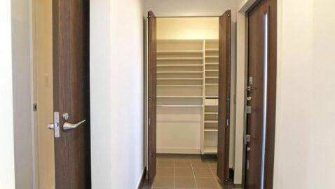 上品な広々とした玄関。上質な木目調の玄関に、ホッと心が落ち着きます。