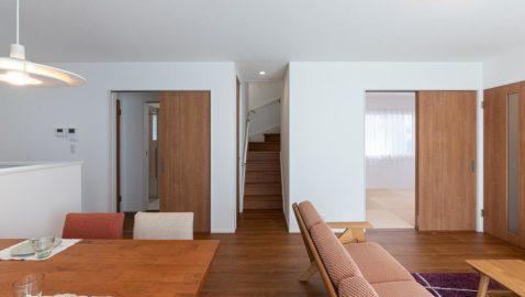 【リビングイメージ】 リビング階段は、家族を近くに感じられます♪居室を出て階段を降りると、聞こえてくる家族の笑い声に安心できます。家族中心の温かいお家です。 ※実際の間取り・仕様と異なります。