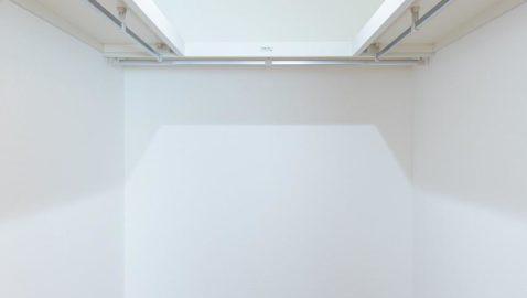 【ウォークインクローゼットイメージ】 主寝室には、広々4帖分のウォークインクローゼット付き!大きなお布団や、季節の家電などまとめて収納できて便利です♪ ※実際の間取り・仕様とは異なります。
