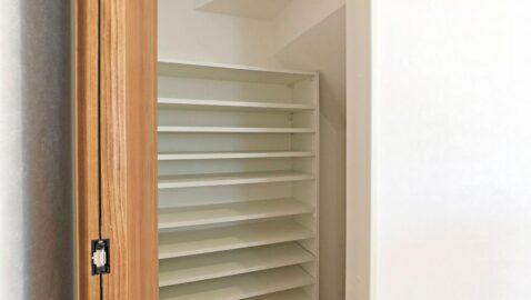 キッチン横の収納はストック品などをしまうパントリーとしても、増えがちなリビングの小物の収納にも便利!