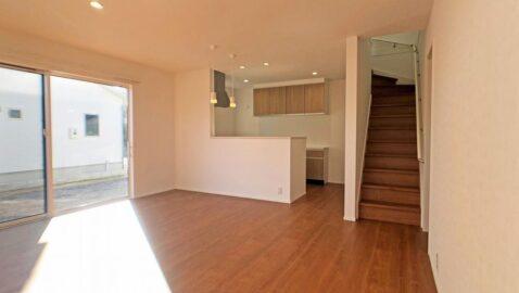 リビング階段は、家族を近くに感じられます♪居室を出て階段を降りると、聞こえてくる家族の笑い声に安心できます。家族中心の温かいお家です。