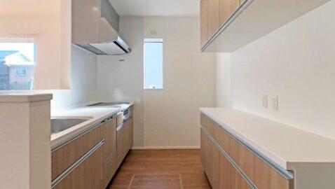 上品な色合いのシステムキッチン♪手の届きやすい収納、大容量の食器洗い乾燥機、お手入れしやすいホーローのキッチンパネルなど毎日の家事が楽になるキッチンです!