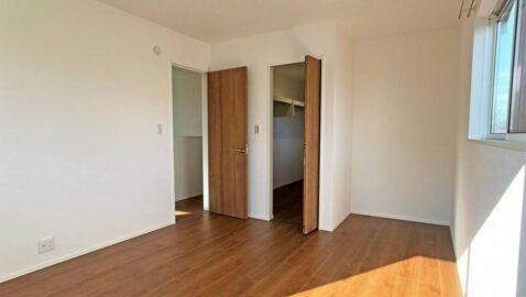 【居室】 上品で気品のある木目調のフローリングが、部屋全体をおしゃれな空間にしてくれます。全居室収納付き!採光と通風に配慮され気持ちの良いお部屋です。