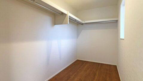 【ウォークインクローゼット】 主寝室には、広々4帖分のウォークインクローゼット付き!家族全員の衣服だけでなく、大きなお布団や、季節の家電などまとめて収納できて便利です♪