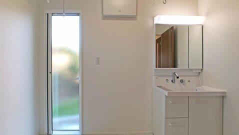 洗面・脱衣所は、広々3帖!浴室暖房乾燥機もあり、ドライルームとしても使えます!玄関からの導線もよく、帰宅後手洗いしてからお部屋に入る習慣がつけられそうですね♪