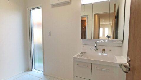 清潔感のあるシンプルな洗面台です! 片開き戸と引き出し、三面鏡の裏などモノごとに収納しやすくなっています。広々洗面ボウルは並んでの身支度もスムーズで家事もラクラク!