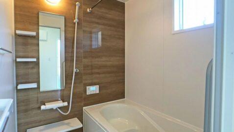 温もりあるカラーの、木目柄が美しい浴室。柔らかな光に包まれ、毎日のお風呂タイムが癒しの時間となります。一坪サイズのバスタブなので、足を伸ばしてゆっくり浸かれます♪