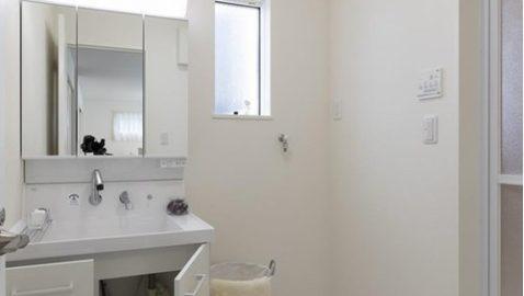【洗面所・脱衣所イメージ】 広々3帖分の洗面・脱衣所が見どころ!ご家族一緒にお着替えも楽々♪ 収納力たっぷりで清潔感のある洗面台。用途ごとに使い分けしやすく便利です! ※実際の間取り・仕様と異なります