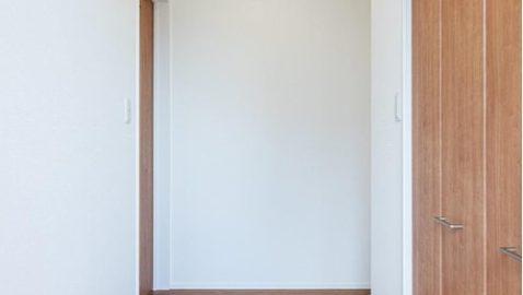 【玄関イメージ】 家に帰ると、明るく清潔感のある柔らかい木目調の玄関に落ち着きます。 ※実際の間取り・仕様とは異なります。