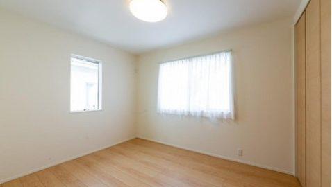 【居室イメージ】 上品で気品のある木目調のフローリングが、部屋全体をおしゃれな空間にしてくれます。全居室収納付き!採光と通風に配慮され気持ちの良いお部屋です。 ※実際の間取り・仕様とは異なります。