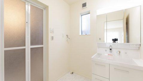 洗面所は広々3帖分!窓があるので、こもりがちな湿気もしっかり換気できます。 室内物干し付きなので、浴室暖房乾燥機と合わせるとドライルームとしても使えて便利です♪*同仕様