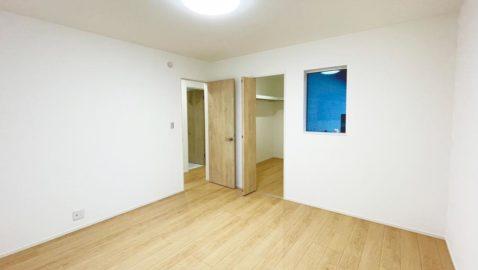 【主寝室(8帖)】 柔らかな木目柄が温もりある寝室。 ウォークインクローゼット付きなので、お部屋を広く使えます! 大きなベッドも入る、ゆとりあるお部屋です♪