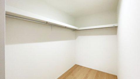 【収納】 主寝室には、3帖のウォークインクローゼット付き!家族の衣類や寝具、季節の家電などまとめてたっぷり収納できます!