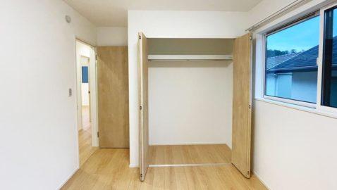 【居室(5.2帖)】 風通し良く、陽射しがたっぷり入るように考えた間取りなので、心地よいお部屋です。 全居室収納完備なので、お子様部屋、勉強部屋など多用途に使えそうです!