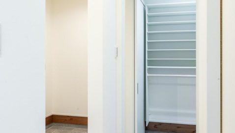 広々とした温もりある玄関。家族玄関を設けているので、メイン玄関をいつもキレイに保てます! 柔らかな木目の玄関にホッと心が落ち着きますね♪ ※実際の間取り・仕様は異なります。