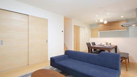 1階は約17帖のLDKが中心のワンルーム設計で家族のコミュニケーションを育みます。家族が集う場所だから、敷地の一番良い場所に設けて光と風通しをしっかり確保、明るく快適な空間です。 *実際の間取りと異なります