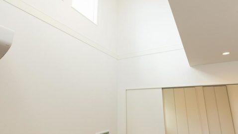 リビング中央上部には、吹き抜けがあります。吹き抜けの窓から降り注ぐ陽光のおかげで、より室内は明るくなります! おうちカフェの時間が、特別になりますね♪ ※実際の間取り・仕様は異なります。
