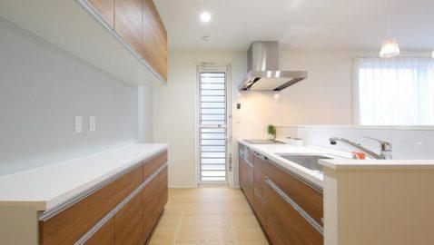 温もりあるナチュラルな色合いのシステムキッチン!大容量収納や、食器洗い乾燥機が家事効率をUPさせてくれます♪キッチン奥には便利なパントリー付き! ※実際の間取り・仕様とは異なります。