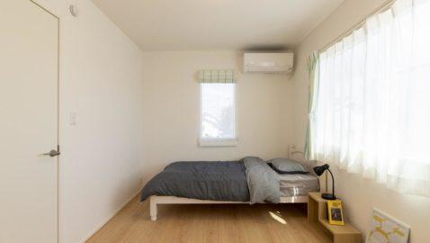 大きな窓から入る陽光のおかげで、毎日気持ちの良い朝を迎えられそうです♪ 柔らかな木目柄に癒されます。 ※実際の床材・間取りは異なります。