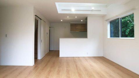 1階は約17帖のLDKが中心のワンルーム設計で家族のコミュニケーションを育みます。家族が集う場所だから、敷地の一番良い場所に設けて光と風通しをしっかり確保、明るく快適な空間です。