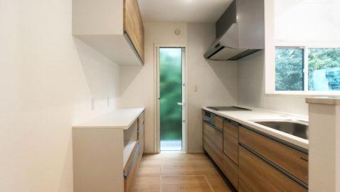 温もりあるナチュラルな色合いのシステムキッチン!大容量収納や、食器洗い乾燥機が家事効率をUPさせてくれます! キッチン奥には便利なパントリー付き!普段使わない調理器具やまとめ買いした食材の収納に便利♪