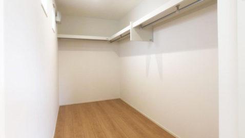 【収納】 主寝室には、広々4帖分のウォークインクローゼット付き!ハンガーにかけたまま収納できるのが嬉しい♪ 家族の衣類や季節の家電、思い出の品など楽々収納できます!