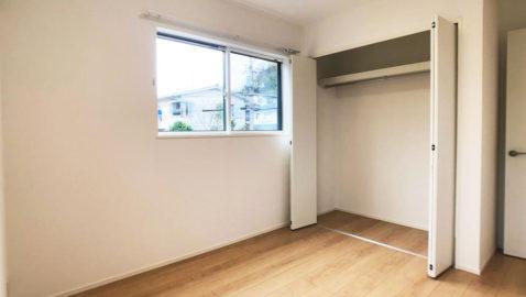 【居室(5.2帖)】 天然木風の素材感と、ホワイトのドアカラーはナチュラルテイストのお部屋にピッタリ!お子様部屋としても重宝しそうですね♪ 全居室収納完備なので、常にお部屋が片付きます!