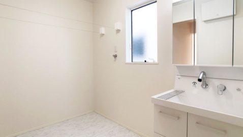 【洗面所】 洗面脱衣所は広々3帖分!洗濯スペースとしても◎。 室内物干し付きなので、浴室暖房乾燥機と合わせるとドライルームとしても使えます♪洗ってさっと干せるのが嬉しいですね!