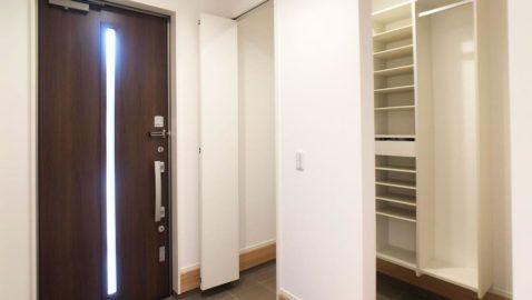 広々とした温もりある玄関。 家族玄関を設けているので、メイン玄関をいつもキレイに保てます! 柔らかな木目の玄関にホッと心が落ち着きますね♪