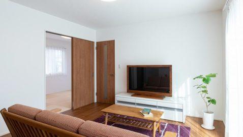 こちらは建具・床のカラーが似た物件です。 落ち着いた色合いで、温もりある空間です。木目がはっきりと美しいのも特徴的です。 ※実際の間取り・仕様とは異なります。