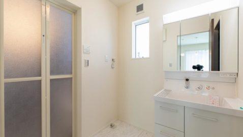 白を基調とした清潔感のある洗面所です。 洗面台は片開き戸と引き出し、三面鏡の裏などモノごとに収納しやすくなっています! ※実際の間取り・仕様は異なります。