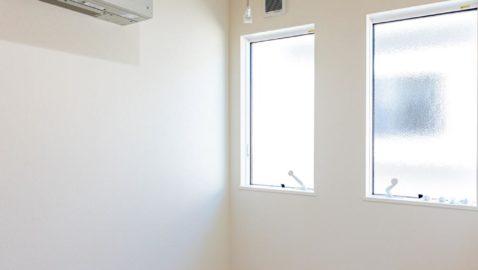 洗濯干し専用のお部屋なので、時間差でシーツやタオルケットなどの大物を干すなどできて便利です。ウインドキャッチ窓で晴れた日は窓を開けてお洗濯♪