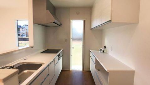 人気の淡い色合いのシステムキッチンは清潔感があります♪毎日家事を頑張るママのために、家事効率がUPする充実設備を整えました!