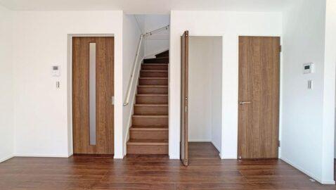 家族が自然とつながることができるリビング階段。多様な使い方のできるリビング収納つきでリビングで過ごす時間がもっと快適に♪