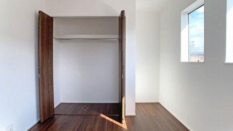 気持ちの良い風が通り、温かい陽射しが入るよう考えられた居室。全室収納完備で、お部屋を広く使えます♪お子様部屋にもピッタリ!