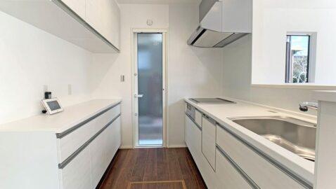 淡い色合いでシンプルおしゃれなシステムキッチン♪広々背面収納付きで、ホットプレートや季節の食器もすっきり片付きます。