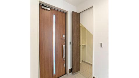 【玄関収納】靴だけでなく、濡れた雨具やコートも気にせず収納できる便利な土間収納。玄関がすっきり片付きます。