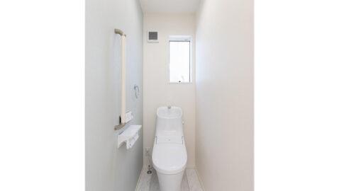 1階と2階にトイレがあり、朝のトイレラッシュや夜間も安心!清潔感があり、どんなインテリアにもマッチする安らぎの空間に。アクアセラミック製でお手入れラクラク!超節水タイプで家計も嬉しい! ※同仕様